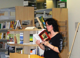 Bilingual Poetess from Kentucky Charms AUBG Students